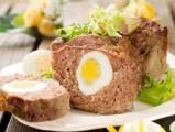 Мясной рулет с вареным яйцом